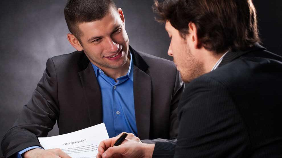 Podepisování nevýhodné půjčky